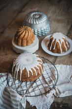 Gâteau Vintage Avec Glaçage Sur Une Table En Bois