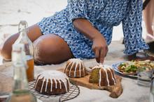 Femme Assise En Train De Découper Des Gâteau