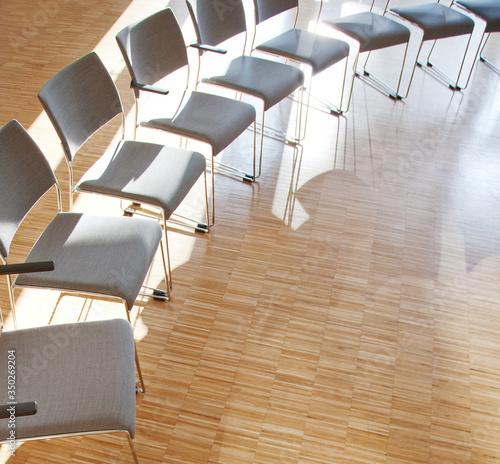 Photo eine Reihe von Stühlen im Halbkreis