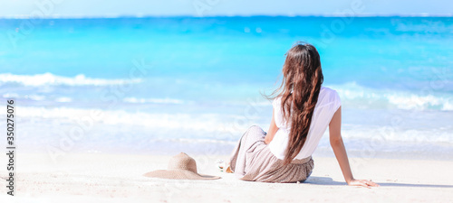 Foto Young fashion woman in green dress on the beach