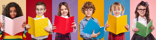 Cheerful multiethnic pupils reading books Fotobehang