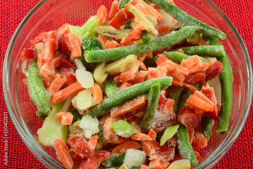 Photo Frozen stir fry mixed vegetables of carrots, green beans, red bell peppers, carr