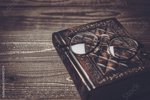 Fototapeta 本と眼鏡 obraz
