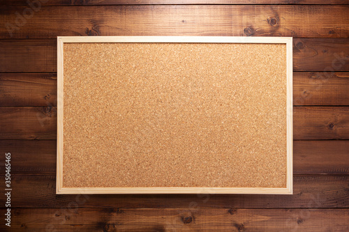 Foto cork board on wooden background
