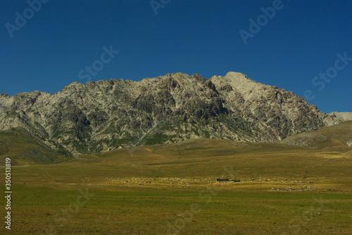 Photo A high altitude pasture on the Campo Imperatore plateau - Gran Sasso - Abruzzo -
