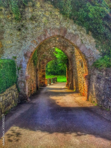 Fototapety, obrazy: Street Leading Towards Arch