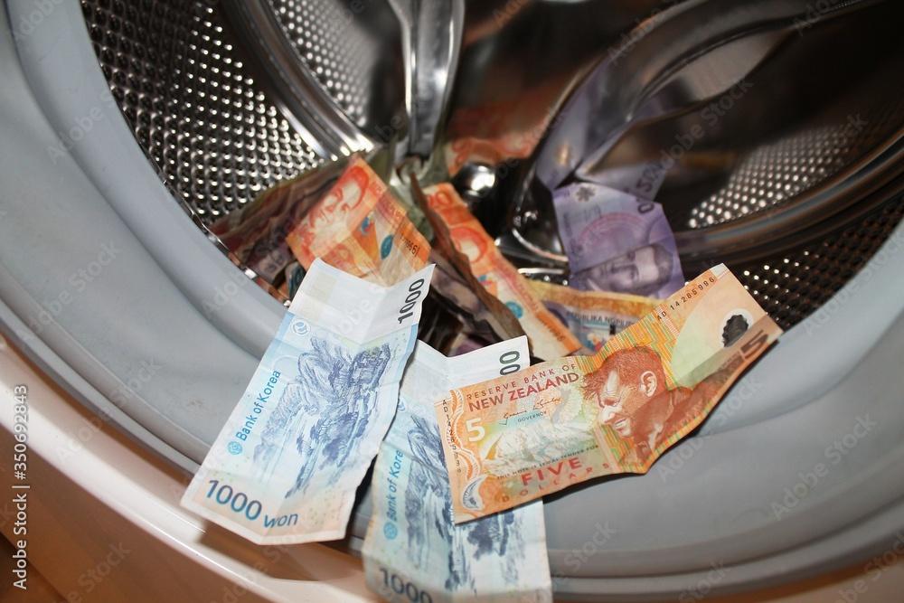 Fototapeta Pranie pieniędzy w pralce.