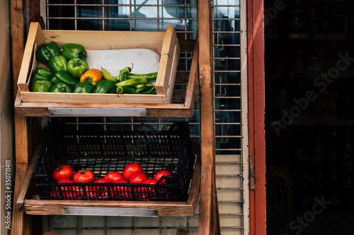 Légumes frais présentés dans des paniers dans une épicerie Canvas Print