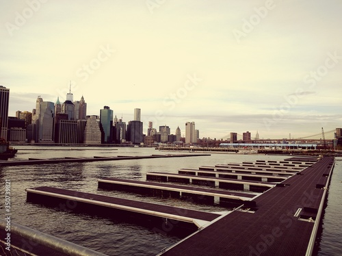 Pier Over East River By Buildings In City Fototapet