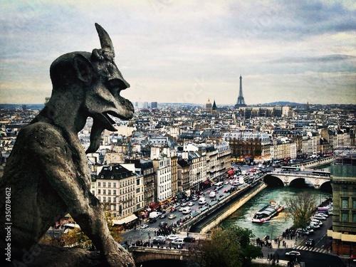Close-up Of Gargoyle Statue Against Eiffel Tower In City Fototapet