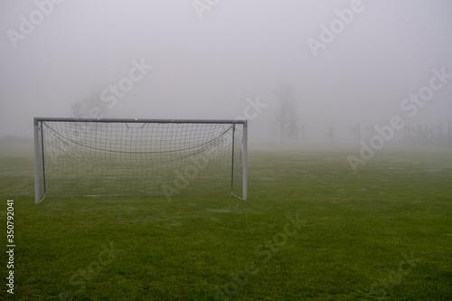Obraz Opuszczone boisko do piłki nożnej - fototapety do salonu