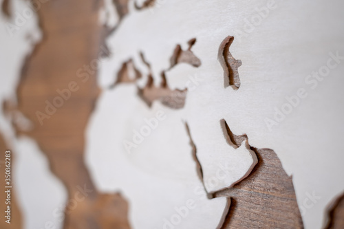 Handcrafted wooden world map with focus on the Arab Peninsula and the Persian Gu Tablou Canvas