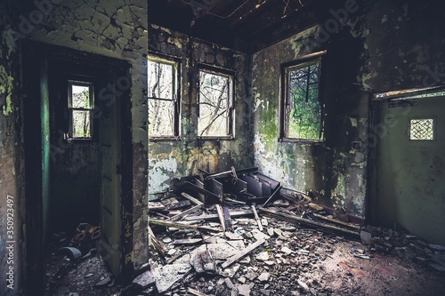 Photo Weathered And Derelict Room Of Old Asylum Hospital