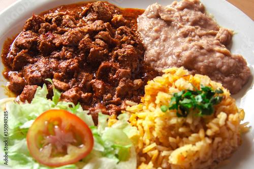 Photo Asado de puerco con frijoles, arroz y lechuga