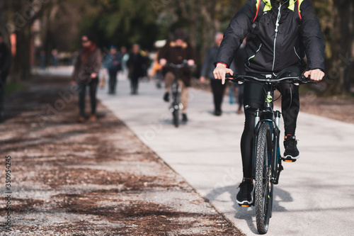 Vászonkép Persone che passeggiano fuori nel parco pubblico sulle mura storiche di Lucca