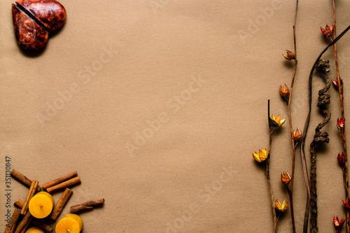 Photo Fondo austero decorativo con corazón, canela, velas y ramas secas