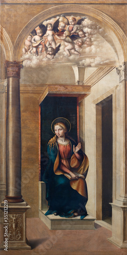 Fotografia FERRARA, ITALY - JANUARY 30, 2020: The  painting of Virgin Mary from the Annunciation in church Chiesa di Santa Maria in Vado by Domenico Panetti (1470 - 1513)