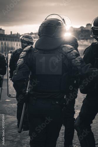 Photo Barrage de CRS à Lyon.