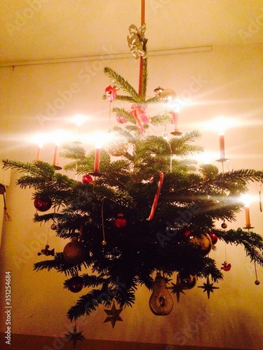 Fotografia Christmas Tree Hanging On Ceiling At Home