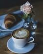 Słodkie śniadanie kawa i rogalik