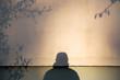Cień człowieka na ścianie domu