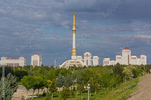 Photo Independence Monument in Ashgabat, Turkmenistan
