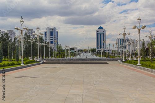 Photo Altyn Asyr Park with a fountain in Ashgabat, capital of Turkmenistan