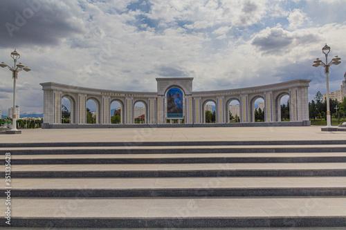 Photo Monument at Altyn Asyr Park in Ashgabat, capital of Turkmenistan