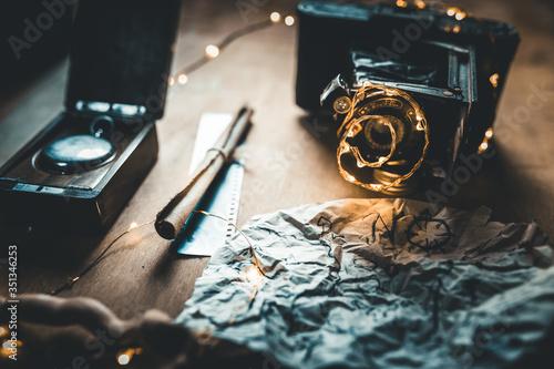 Fotografía Sfondo con macchina fotografica vintage, pergamena, mappa del tesoro e bussola per i pirati