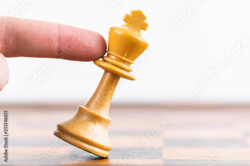 Obraz na plátně Arrendersi alla vita, concetto con scacchi e Re.
