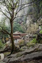 Vietnam, Ninh Bình, Hoa Lư, Die Bich Dong Pagode. Etwa 3 Km Von Tam Coc Entfernt Liegt Die Bich Dong Pagode. Die Zweitschönste Pagode Vietnams Liegt In Der Provinz Hà Tây. Die Pagode Wurde Auf Dem Ngu Nhac Berg Errichtet.