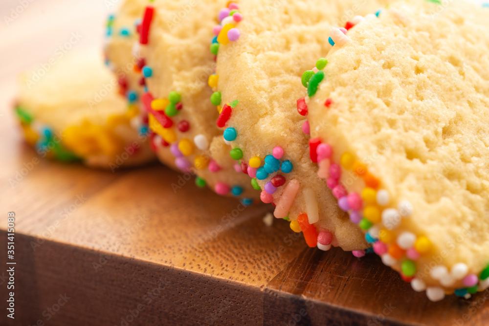 Fototapeta FOTOGRAFIA MICRO Galletas con grageas de colores en fondo claro