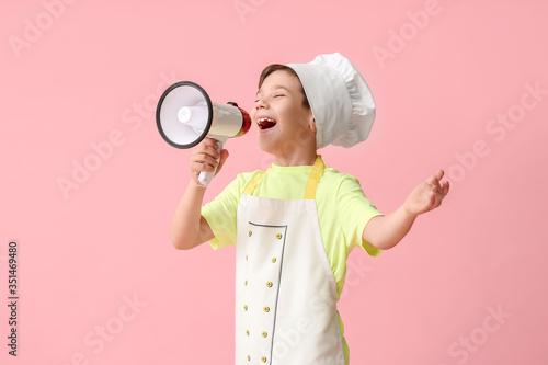 Cuadros en Lienzo Portrait of little chef with megaphone on color background