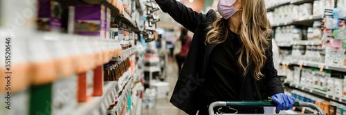 Fotomural Woman hoarding food during coronavirus pandemic