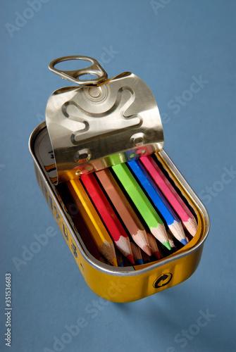 Boite de conserve ouverte avec des crayons de couleurs à l'intérieur Billede på lærred