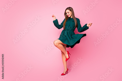 Papel de parede Full length photo of charming chic lady cheerful good mood dancing students even