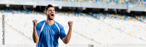 Fotografia emotional professional soccer player in blue and white uniform showing yes gestu
