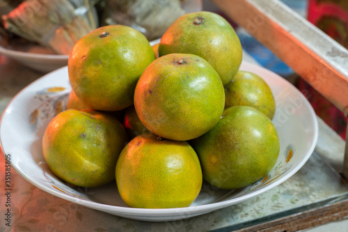 Photo Oranges are in the white plate in Qingming day : Chinese show the respect to ancestors