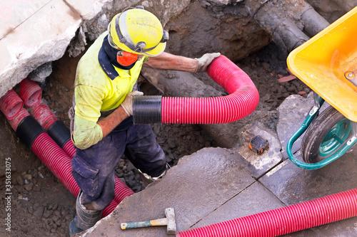construction worker for restoir and repair pipes for underground electrical wiri Billede på lærred