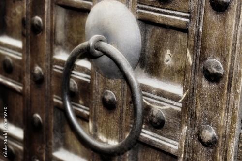 Leinwand Poster Close-up Of Door Knock On Wooden Door