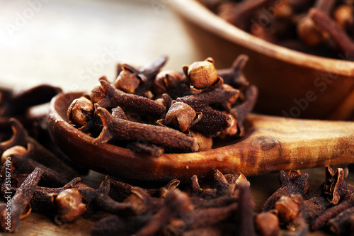 Foto freshly dryed cloves spice texture on background