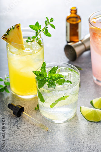 Photo Refreshing summer cocktails with bitters on the table with lime, grapefruit and