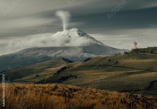 Photo Volcán activo en México llamado Popocatépetl a espaldas de la montaña Iztaccíhua