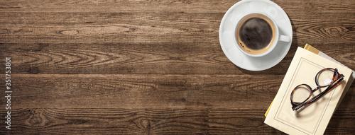 Tablou Canvas コーヒーカップ、本、眼鏡のある木製のテーブル