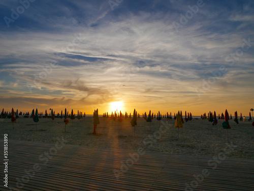 Coucher de soleil à la plage  #351853890