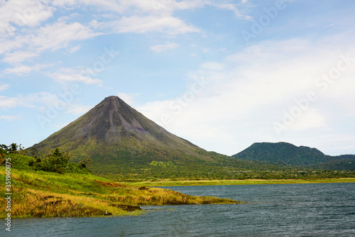 Cuadros en Lienzo Arenal volcano view from lake