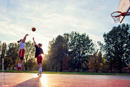 Photo woman basketball player have treining and exercise at basketball court at city o