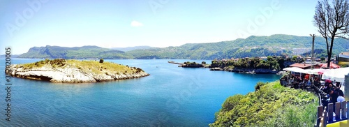 Fotografia Panoramic View Of Bay Against Sky