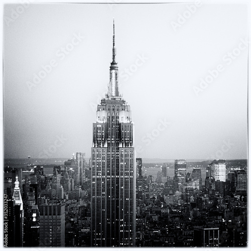 Illuminated Empire State Building In City At Dusk Fototapete