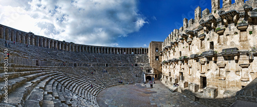 Stampa su Tela Ancient Roman Amphitheater Against Sky In City